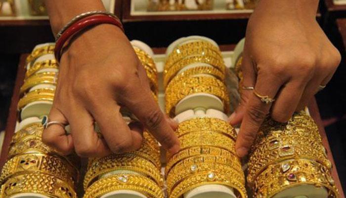 सोनं खरेदी करायची लगबग, दर घसरले...