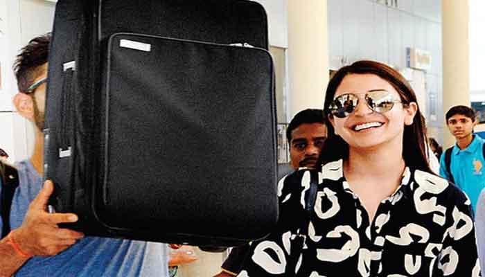 मुंबई एयरपोर्टवर मीडियाला पाहिल्यावर विराटने लपवलं तोंड
