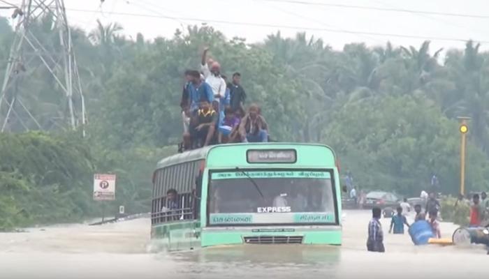 चेन्नईचा पूर : नदीच्या पुलावरून पुरातून निघाली बस