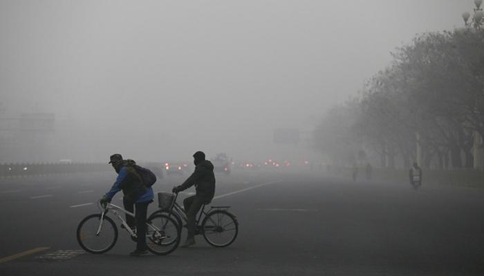 बीजिंग शहर विषारी धुक्याच्या चादरीने झाकोळलं