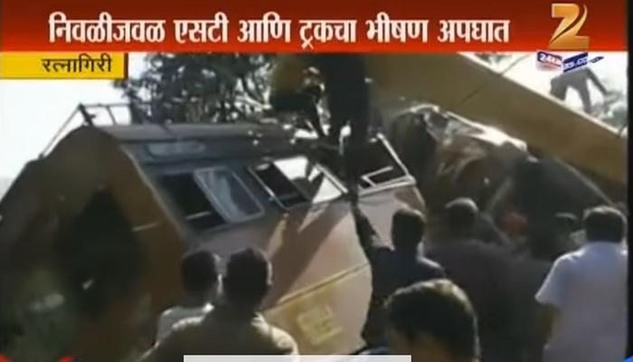 ट्रकची एसटीला भयंकर धडक; मुंबई - गोवा महामार्गावर खोळंबा