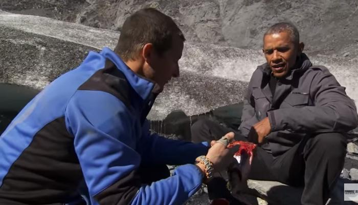 VIDEO : ओबामा 'वाईल्ड' सफरीवर... नदीकिनारी भाजून खाल्ला 'सालमन'!