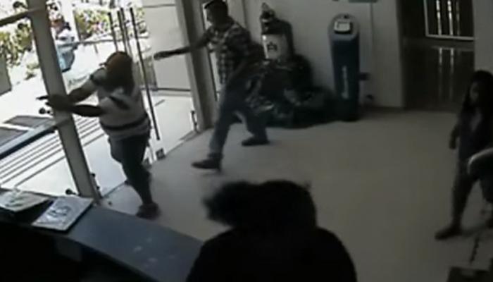 ५ बॅंक लुटारुंना भारी पडला एक गार्ड पाहा व्हिडिओ