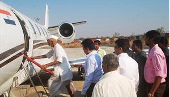 पंतप्रधानांना 'ऑर्डर' देणाऱ्या भिडे गुरुजींनी मुख्यमंत्र्यांचं विमानही थांबवलं!