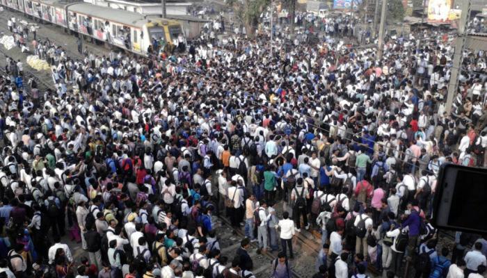 मुंबईत लोकलची गर्दी टाळण्यासठी शाळा, कार्यालयांच्या वेळेत बदल?