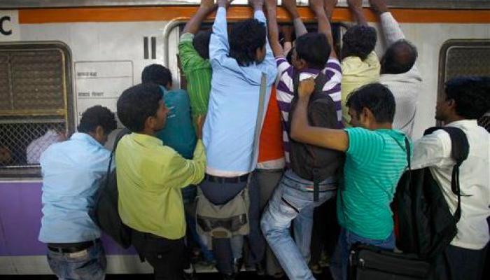 'जगातला सर्वाधिक धोकादायक मुंबई लोकल प्रवास'