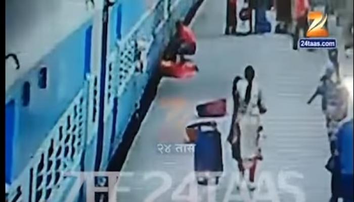 रेल्वेखाली आल्याने महिलेचा मृत्यू, व्हिडिओ  CCTV कैद