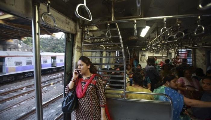 व्हिडिओ : रेल्वे प्रवासात मोबाईल हाताळणाऱ्यांनो सावधान !