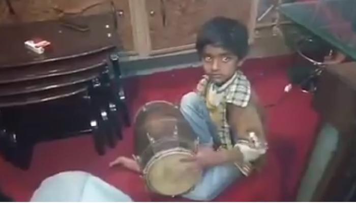 उत्तम ढोलकी वादक चिरमुरड्याचा व्हिडिओ व्हायरल