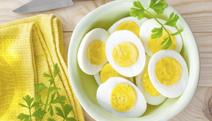 VIDEO : उकडलेल्या अंड्याचं कवच काढणंही करा आणखी सोप्पं!