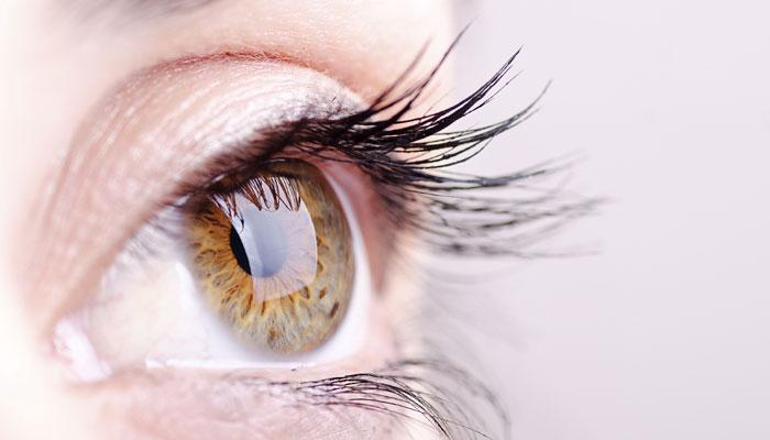 तुमचा डोळा का लवतो ? काय आहेत त्याची कारणं