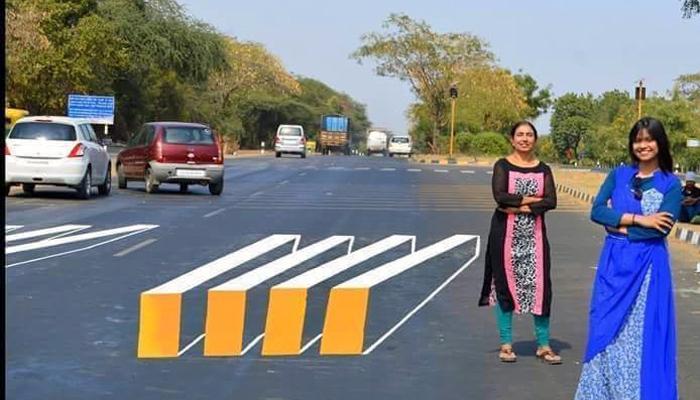 दोन सुंदर तरुणींची रस्ता अपघातात रोखण्यासाठी थ्रीडी आयडिया