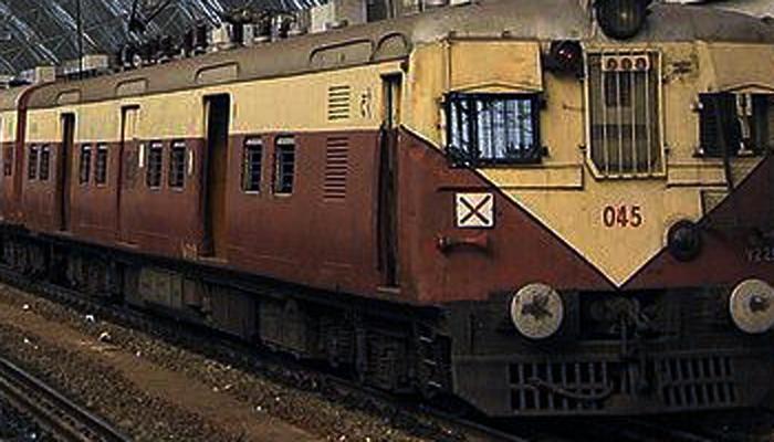 मुंबईत लोकल रेल्वेचे तीन डबे अंगावरुन गेले आणि....