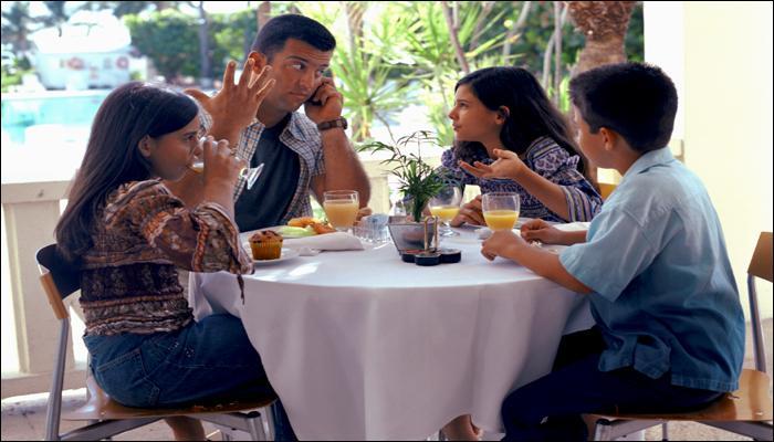 पालकांनो, जेवताना तुमचा फोन दूर ठेवा... नाही तर...