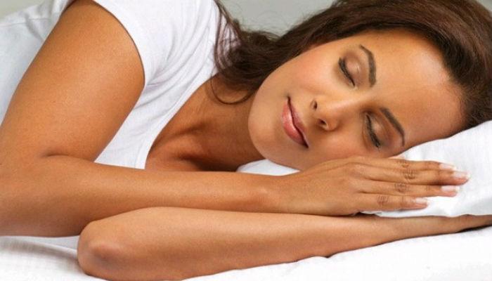 व्हिडिओ : डाव्या कुशीवर झोपणं का आहे फायदेशीर, पाहा...