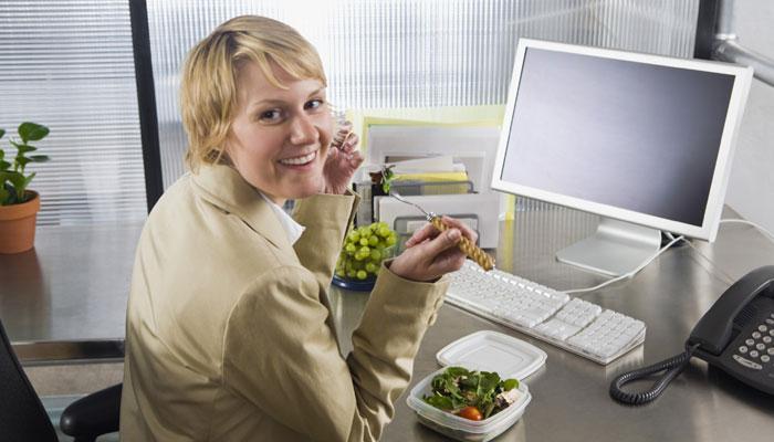 ऑफिसमध्ये जेवताना ही घ्या काळजी