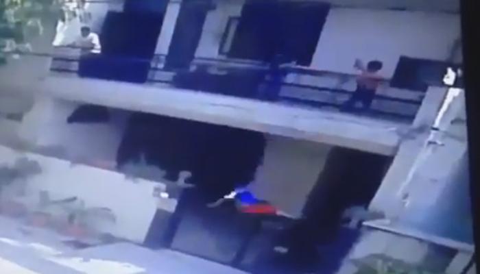 रंगाचा फुगा मारताना मुलगा बाल्कनीतून खाली पडला आणि....पाहा व्हीडिओ