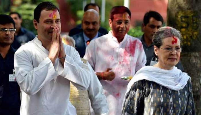 राहुल आणि सोनिया गांधी यांनी खेळली अनोखी होळी