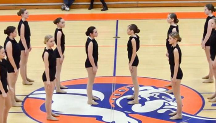 या सुंदर तरुणींनी डान्स करता करता चक्क कपडे बदललेत, व्हीडिओ होतोय व्हायरल