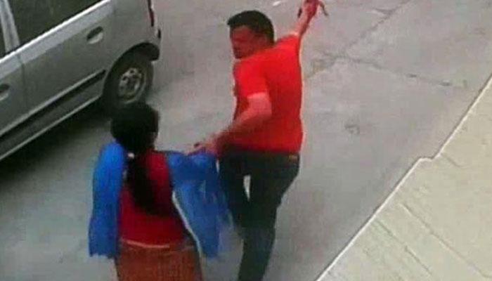 CCTV फुटेज : दिवसाढवळ्या महिलेचं अपहरण आणि बलात्कार