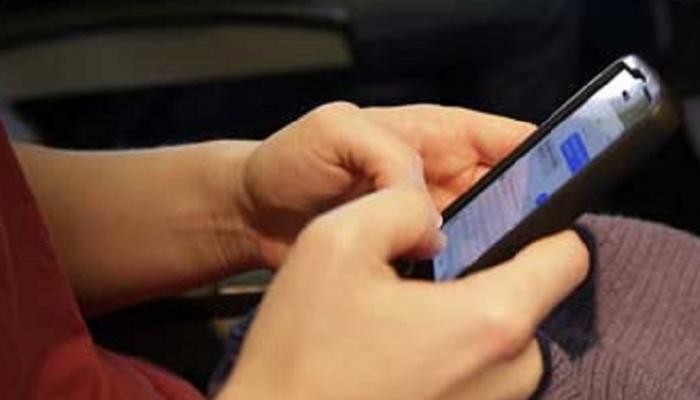 मोबाईल तपासल्याने पतीच्या बोटांवर वार
