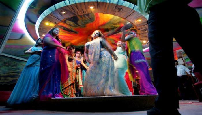 मुंबईत सात डान्सबारवर पोलिसांचे छापे, 90 बारबालांची सुटका