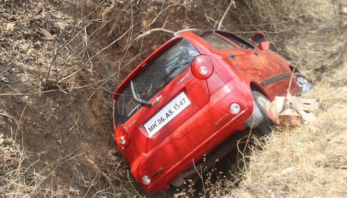 नवी मुंबईतील कुटुंबाच्या कारला कशेडी घाटात अपघात, दोन ठार