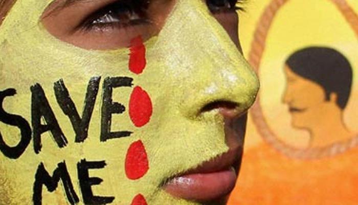 रोड रोमियो गुंडांच्या छेडछाडीला कंटाळून शाळकरी मुलीची आत्महत्या