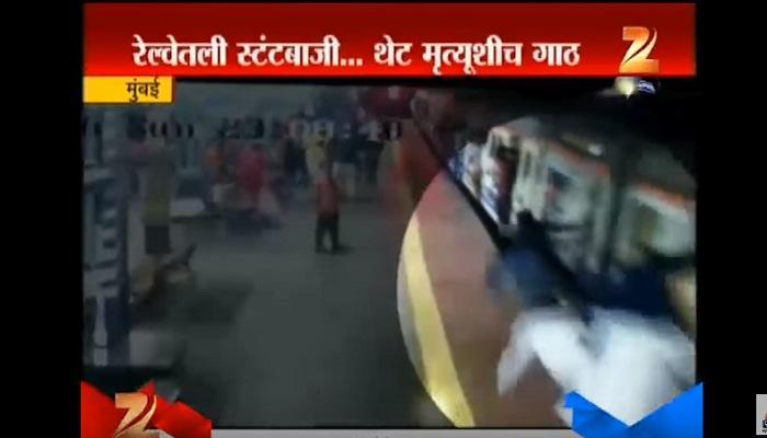 मुंबई लोकलमध्ये खतरनाक स्टंट, पाहा व्हिडिओ