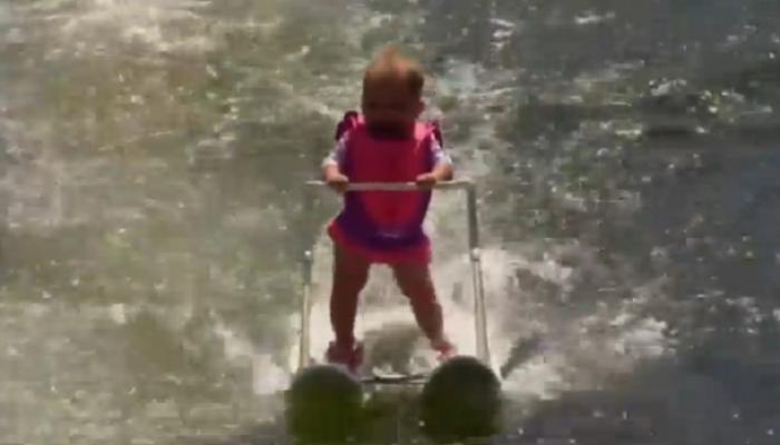 व्हिडिओ : सहा महिन्यांच्या चिमुरडीनं रचला 'वॉटर स्किईंग'चा रेकॉर्ड