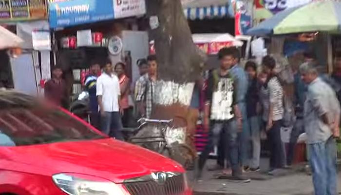 VIDEO : गाडीत कपल 'ते' करत होतं... पाहा लोकांनी काय केलं!