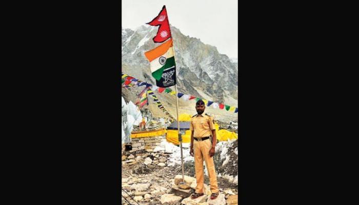 एव्हेरस्टवर फडकवला महाराष्ट्र पोलिसांचा झेंडा