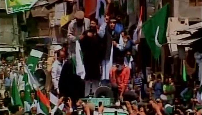 संतापजनक : काश्मिरात पुन्हा फडकले पाकिस्तानी झेंडे