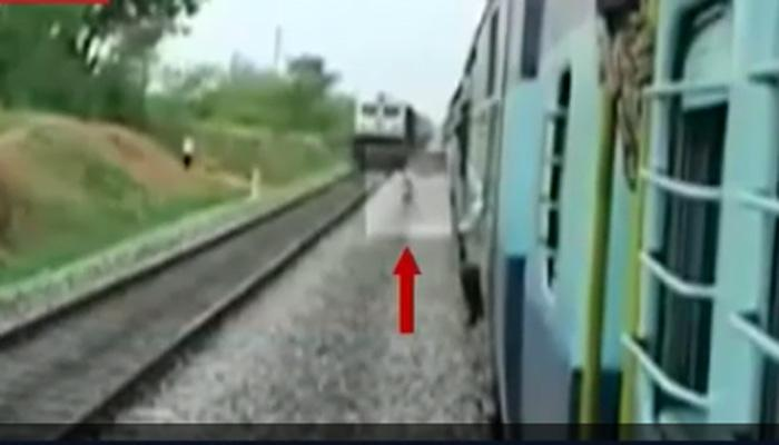 कॅमेऱ्यात कैद : महिलेने चालत्या ट्रेनसमोर घेतली उडी