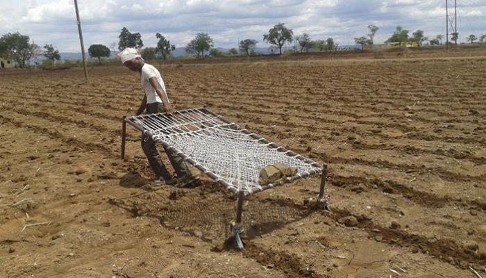 फडणवीस सरकारने शेतकऱ्याची 'खाट टाकली'