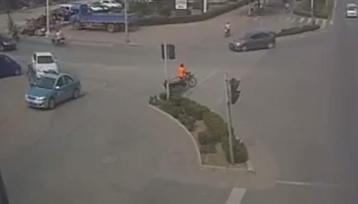 VIDEO : रस्त्यावर बाचाबाची... आणि मग अंगाचा थरकाप उडवणारी घटना!
