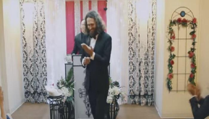 लास वेगासमध्ये माणसाने केले स्मार्टफोनशी लग्न