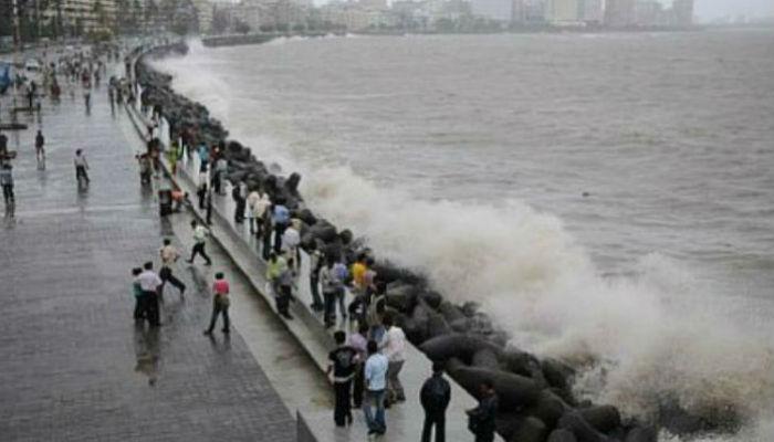 पाऊसामुळे मुंबई कोलमडली, विकेन्डला समुद्र किनाऱ्यावर मात्र गर्दी