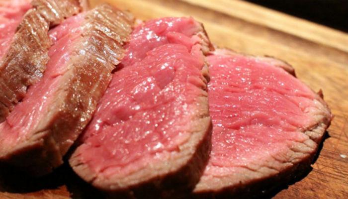 ...म्हणून महापौरांसमोर टाकले मांसाचे तुकडे