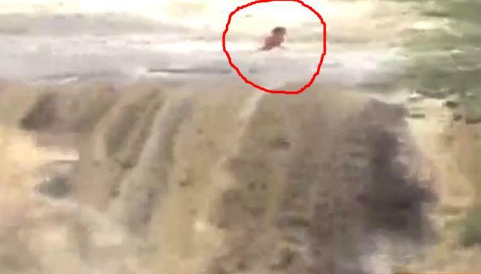 पिकनिक पडली महागात... चार तरुण धबधब्यात वाहून गेले!