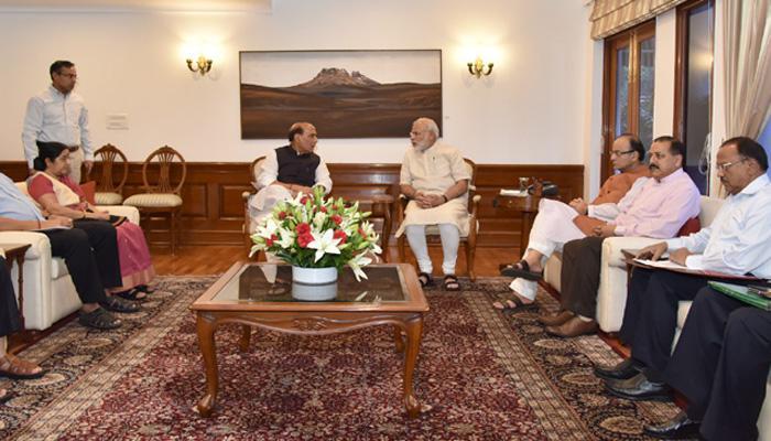 काश्मीरच्या तणावावर मोदींची बैठक, राजनाथ सिहांचा अमेरिका दौरा रद्द