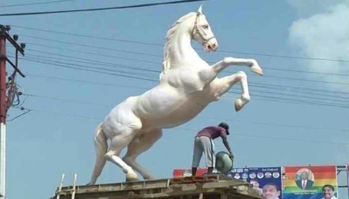 शक्तिमान घोड्याचा पुतळा हटविण्याची नामुष्की