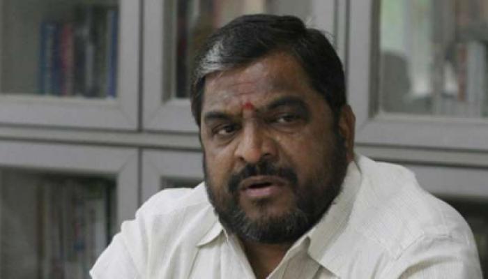 खासदार राजू शेट्टींनी विकला भाजीपाला