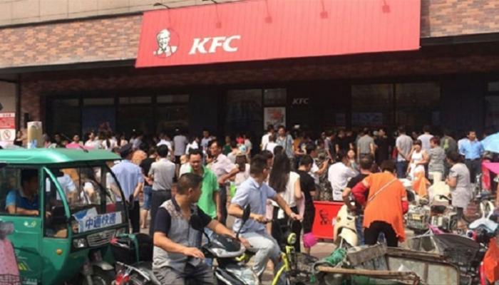 चीनमध्ये 'अॅपल' फोन फोडले, 'केएफसी'आऊटलेट्सवर हल्ला