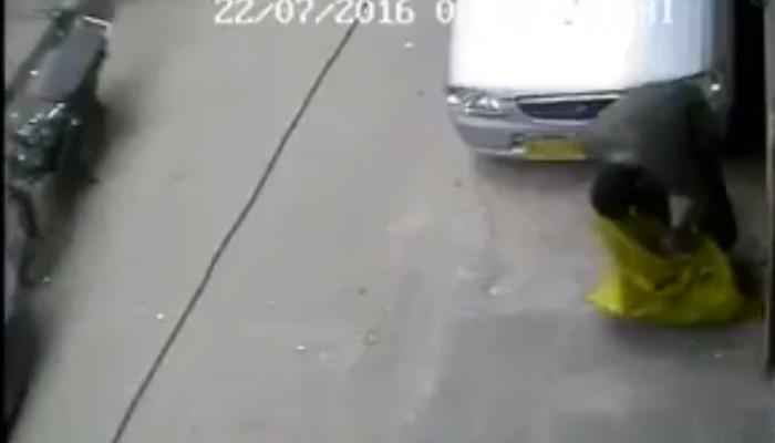 सीसीटीव्ही फुटेज : दिवसाढवळ्या कारच्या बॅटरीची चोरी
