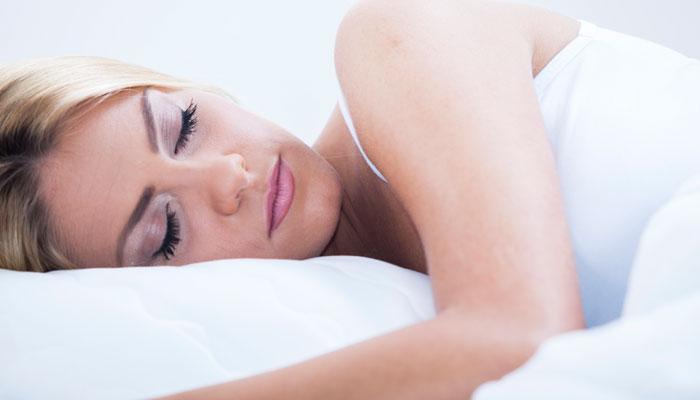 झोपताना या गोष्टी जवळ ठेवू नका, नाहीतर होईल नुकसान