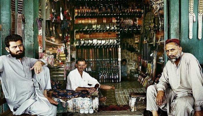 पाकिस्तानमध्ये स्मार्ट फोनपेक्षा बंदुका स्वस्त