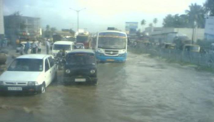 मुसळधार पावसामुळे दिल्ली, गुडगाव, बंगळूर, हैदराबाद तुंबले