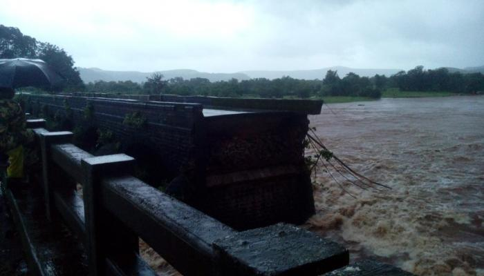 महाड पूल दुर्घटना : सावित्री नदीत दोन एसटीसह ७ खासगी वाहने गेली वाहून