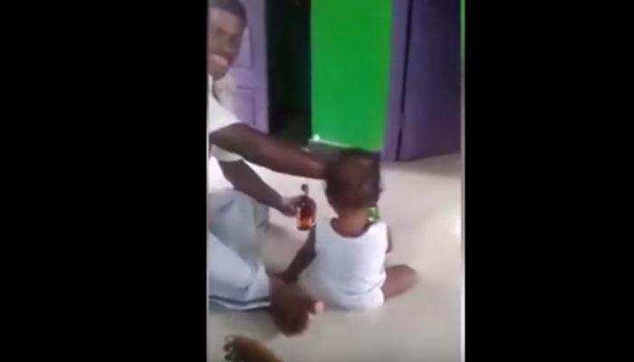 बाप चिमुरड्याला बिअर पाजतोय, आई काढतेय व्हिडिओ